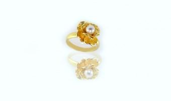 Anello fiore in oro giallo con perla