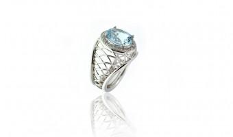 anello in oro bianco con acquamarina