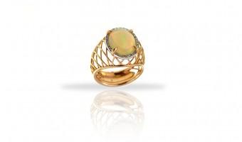 anello in oro giallo con opale e brillanti